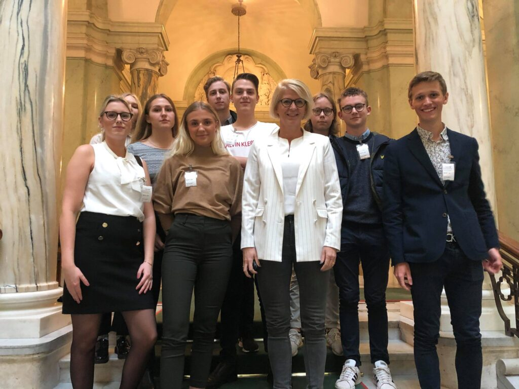 Grupp ungdomar och Elisabeth Svantesson